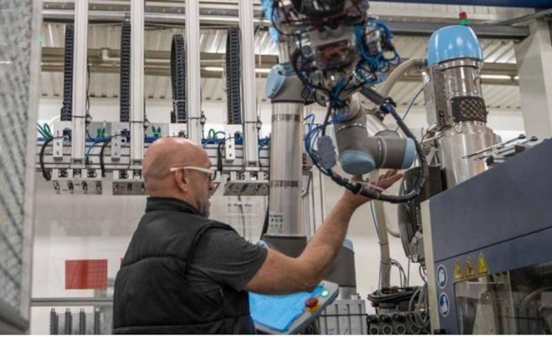 Universal Robots para facilitar el uso de cobots en el moldeo por inyección con su nueva interface