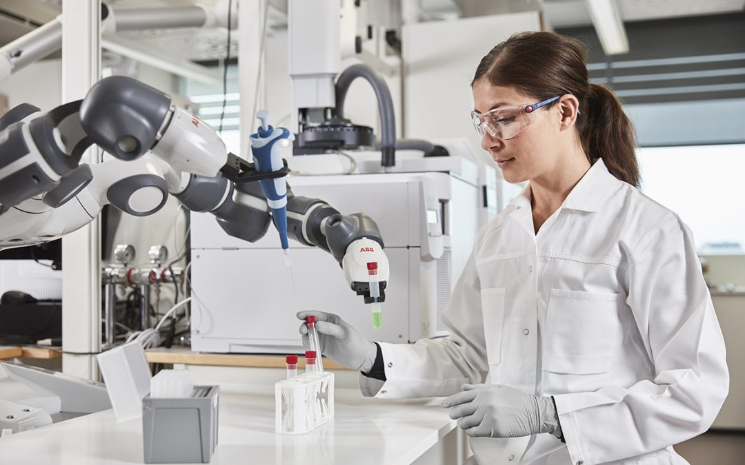 Cómo los robots de ABB están echando una mano con dispositivos sanitarios, médicos y farmacéuticos en todo el mundo