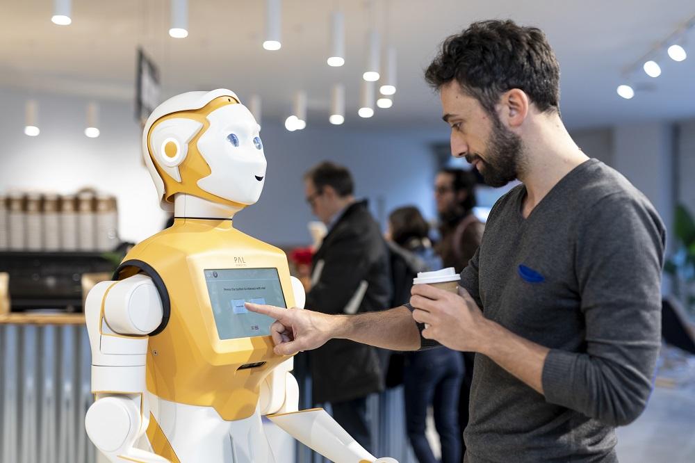 El robot social ARI de PAL Robotics personifica su IA