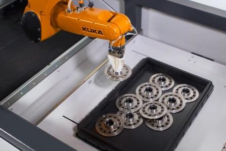 Una celda robótica para bruñir discos de embrague también analiza su estado